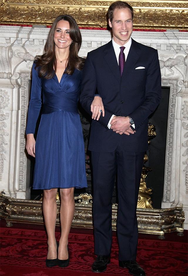 ウィリアム王子との婚約を発表した際の一枚。ロイヤルブルーのラップドレスは、ISSAのもの。左手の薬指には、故ダイアナ妃の遺品であるサファイアの婚約指輪がキラリ(2010年) ©Getty Images