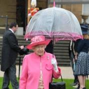 エリザベス女王、傘までピンクでトータルコーディネート!