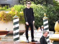 水上タクシーの屋根に仁王立ち! ティモシー・シャラメ、大歓声を浴びてベネチア国際映画祭の会場に登場