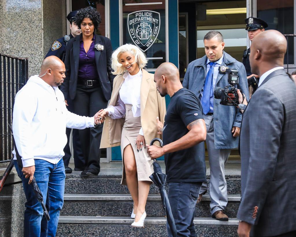 ④人気ラッパーのカーディ・Bが警察に出頭! ド派手ファッションを封印して反省の意を表明?