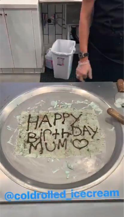 ロールアイスクリームを作る途中、母へのバースデーメッセージを描いたロメオ。