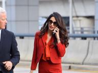 出産後3カ月とは思えない! アマル・クルーニー、真っ赤なスーツで仕事復帰