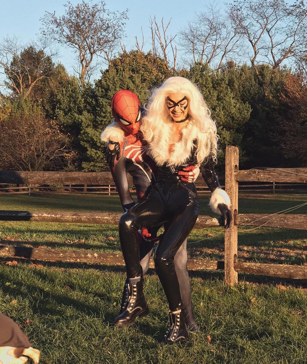 昨年のハロウィンには、ペアのコスチューム姿を披露。