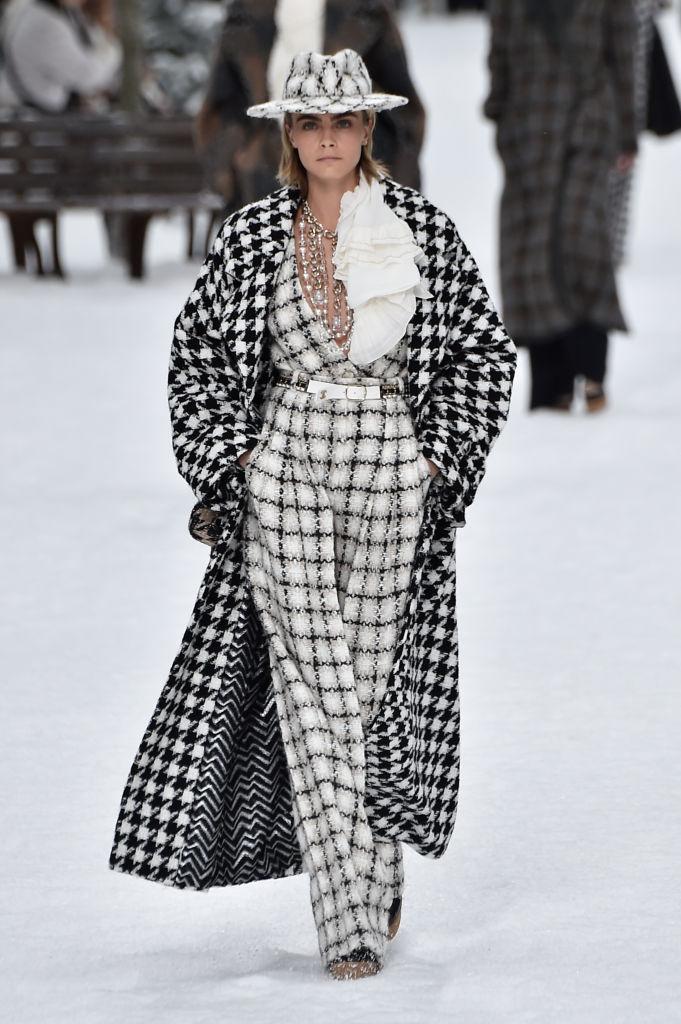 昨年3月、シャネルのランウェイに登場したカーラ。Photo : Getty Images