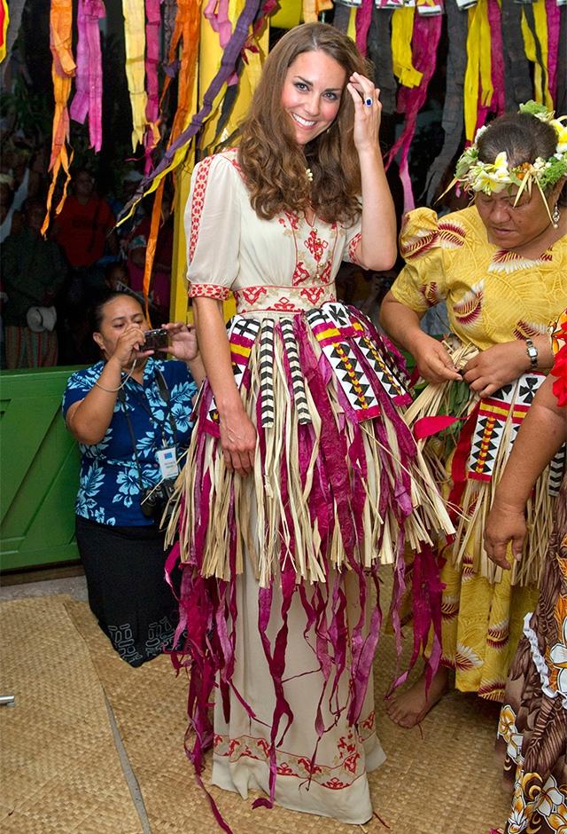 エリザベス女王の即位60周年を記念した「ダイヤモンド・ジュビリー・ツアー」へ。ツバルでは民族衣装を着て、ダンスに参加(2012年) ©Getty Images