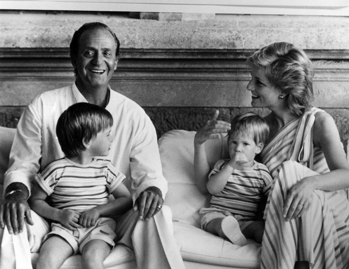 スペインの人気リゾート地、パルマ・デ・マヨルカで、バカンスを満喫した一家。写真左に写るのは、当時のスペイン国王、フアン・カルロス1世。(1986年) Photo : Getty Images