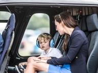 初めての公務同行を果たしたジョージ王子。飛行機に大興奮!