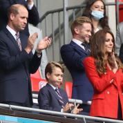ジョージ王子、父ウィリアム王子とお揃いのスーツ姿でサッカー観戦! 大人びた姿に驚きの声が続出