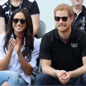 頬にキスも! ハリー王子&メーガン・マークル、公式イベントデビューでラブラブショットを連発