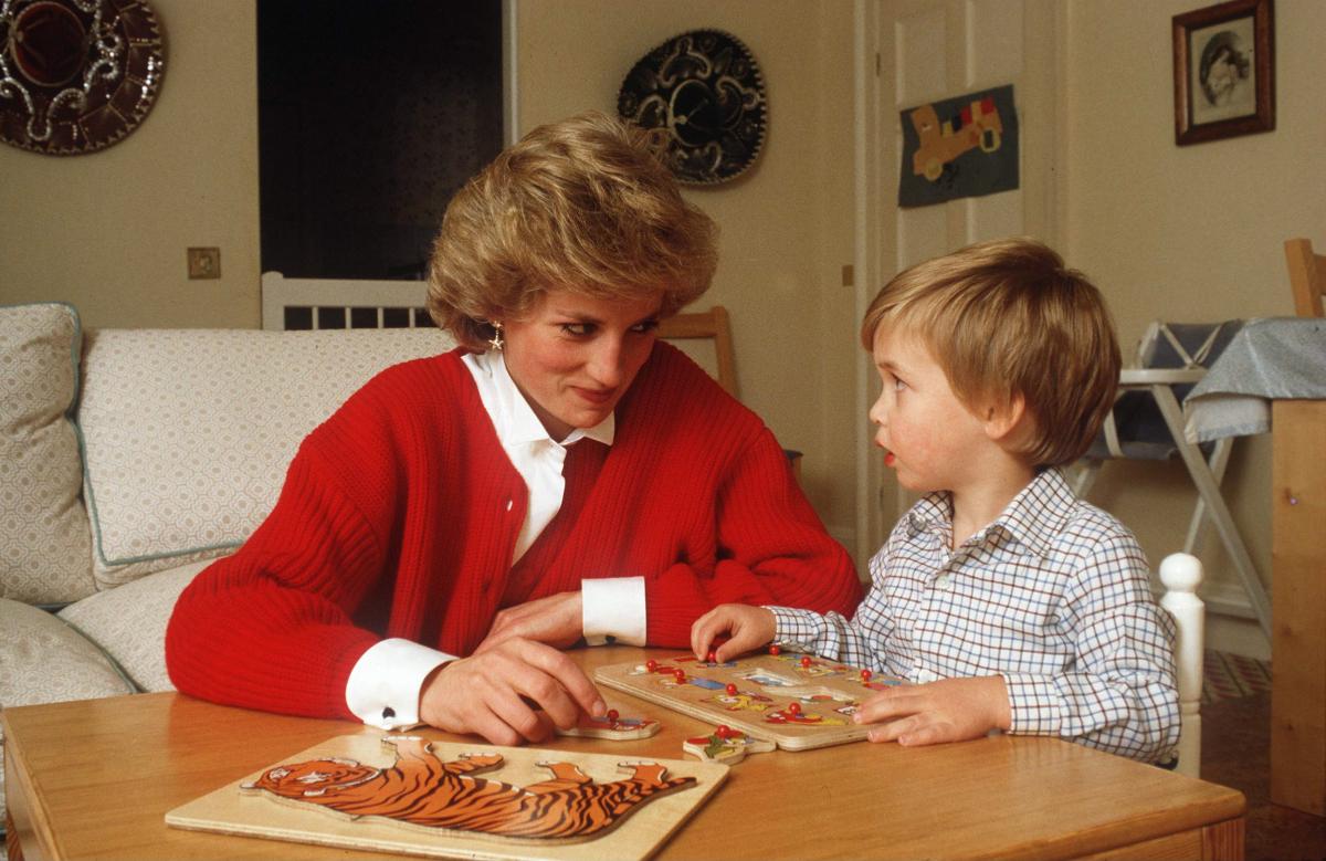 ウィリアム王子とともに、パズルを楽しむダイアナ妃。ジッと見つめ合うふたりの表情がキュート。(1985年) Photo : Getty Images
