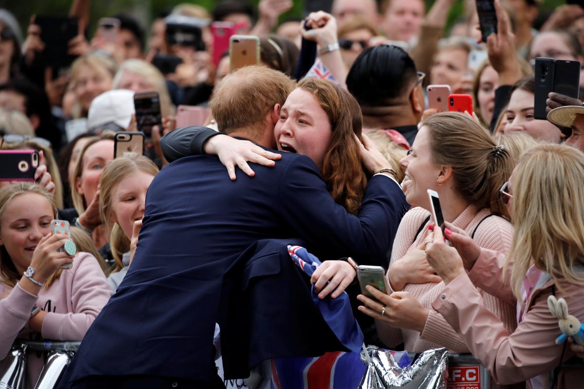 ④奇跡の瞬間に世界中が感動! ヘンリー王子、英王室のしきたりを破ってファンにハグ