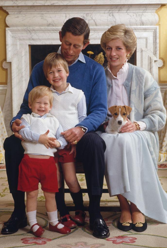ケンジントン宮殿にて撮影された、オフィシャルポートレート。ふざけ合う王子ふたりと、ダイアナ妃のひざの上でカメラに目線を向ける従順な愛犬との、ギャップがユニーク。(1986年) Photo : Getty Images
