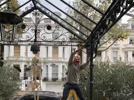 まるでお化け屋敷⁉︎ ヴィクトリア・ベッカム、ハロウィンの自宅デコレーションを公開!