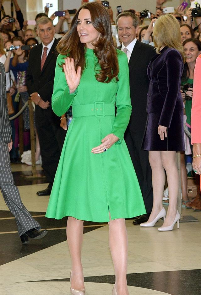 キャサリン・ウォーカーの鮮やかなグリーンのコートを着て、オーストラリアを訪問(2014年) ©Getty Images