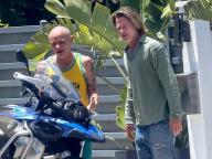 90年代に世界を魅了したブラッド・ピットのロングヘア姿が復活! レッチリのフリーとバイク談義中をキャッチ