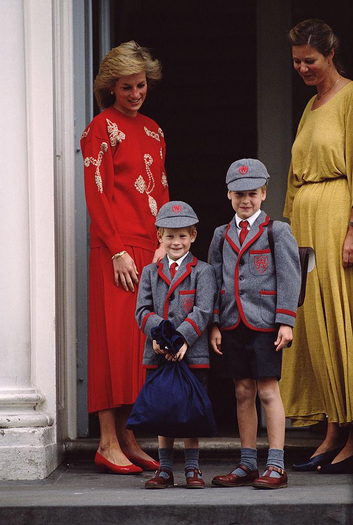 ウィリアム王子に続き、ウェザービー・スクールでの初日を迎えたハリー王子。お揃いの制服姿で、仲良く登校。(1989年) Photo : Getty Images