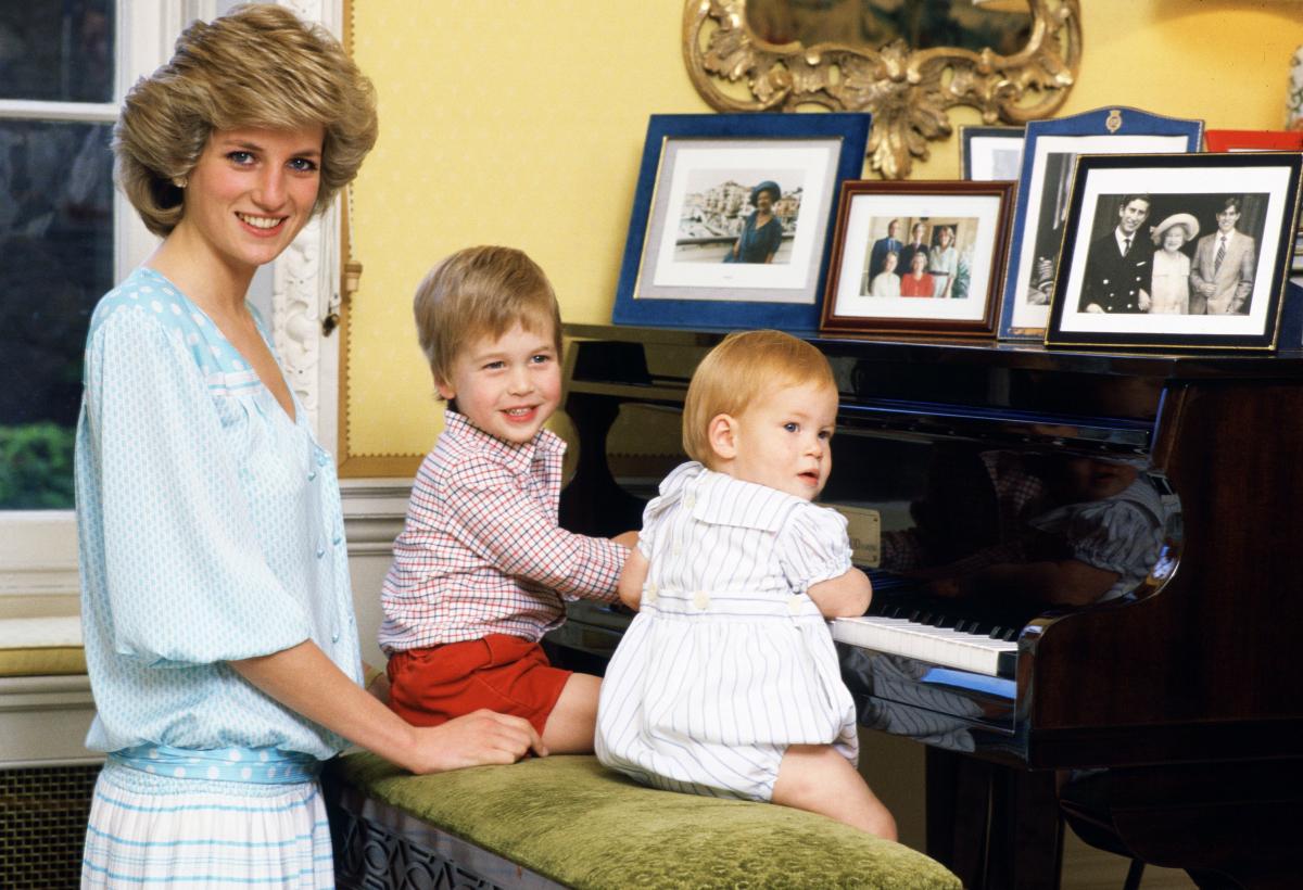 当時、ウィリアム王子3歳、ハリー王子2歳。ふたりでピアノ椅子に座り、珍しくおすまし。(1985年) Photo : Getty Images