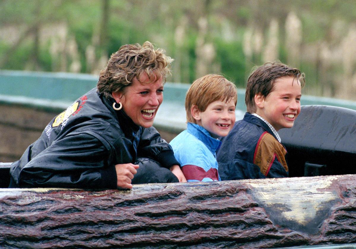 イギリスのサリー州にあるテーマパーク「ソープ・パーク」で、アトラクションに乗ってはしゃぐ一家をキャッチ。息子ふたりよりも、母が一番楽しんでいたりして?(1993年) Photo : Getty Images