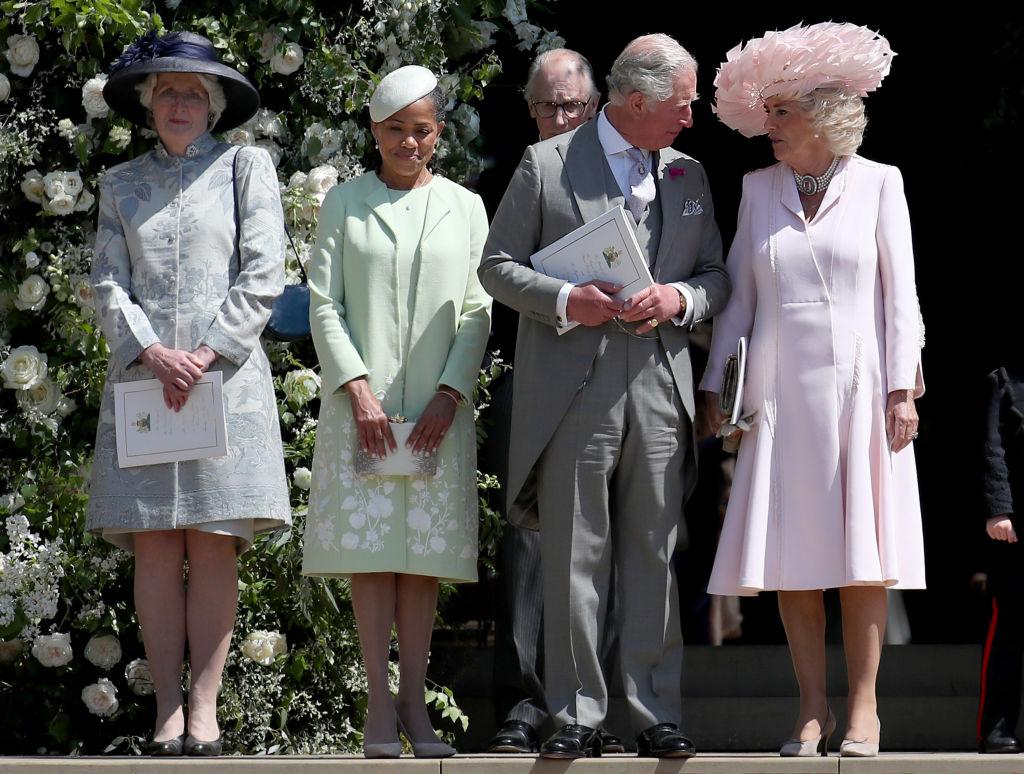 (写真左から)ダイアナ元妃の姉レディ・ジェーン・フェローズ、メーガン妃の母ドリア・ラグランド、チャールズ皇太子、カミラ夫人。