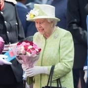エリザベス女王、バッグの中身が明かされる!?