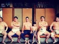 来日中のトム・ブレイディ、東京で息子と相撲対決!