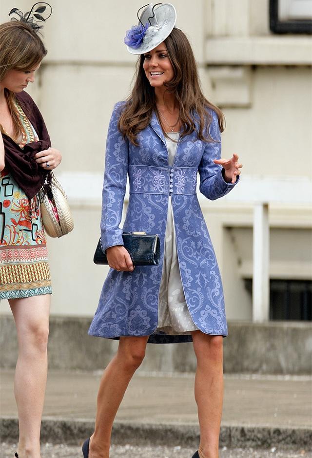 ISSAのドレスにジェーン・トラフトンのコートを羽織って、友人の結婚式に出席(2009年) ©Getty Images
