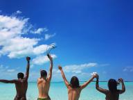 イットモデルのベラ&ケンダル、トップレスで海にダイブ! ワイルドなバカンス写真にファン歓喜