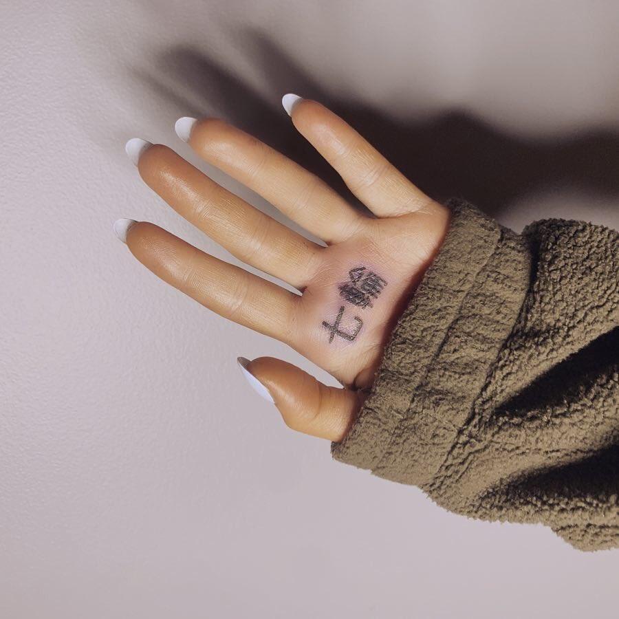 〈目玉〉①アリアナ・グランデ、赤っ恥! 日本語のタトゥーが嘲笑の的に
