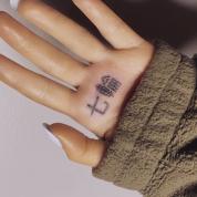 アリアナ・グランデの赤っ恥「七輪」タトゥー