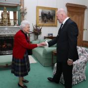 エリザベス女王の宮殿で「iPod」発見! 意外な音楽&ドラマの嗜好が明らかに