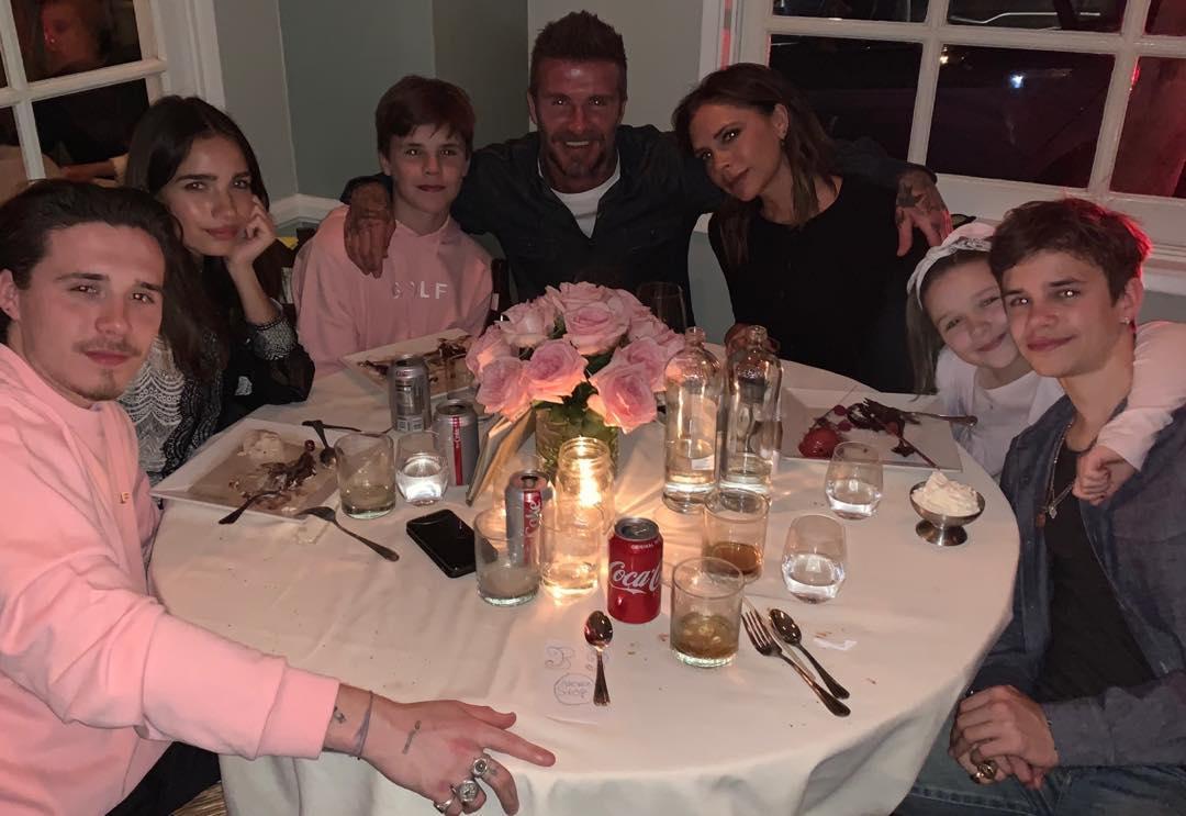 バースデーの締めくくりは、一家でのディナー。ここにも、ブルックリンの恋人ハナが同席。
