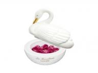 レ・メルヴェイユーズ ラデュレに、白鳥デザインのポットに入った花弁チークが登場!