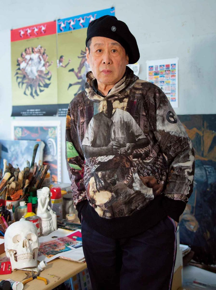 横尾忠則。アトリエにて。背後の壁にはデザインを手がけたNHK大河ドラマ『いだてん』のポスターが貼られている