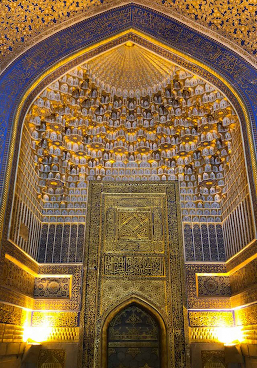 ティラカリ・メドレセの内壁。金箔で施されたみごとな装飾が黄金色に輝く