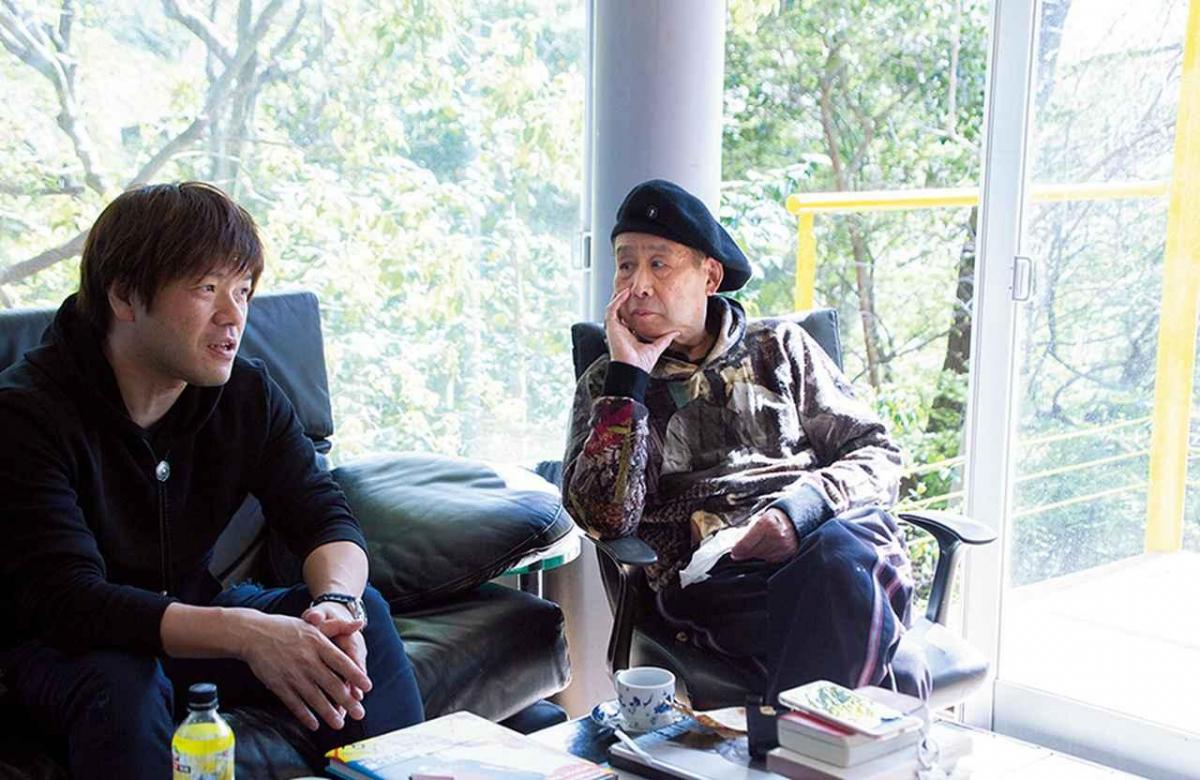 平野啓一郎(左)と 横尾忠則(右)。 平野はこのアトリエにもしばしば訪れている