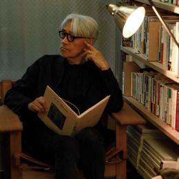 坂本龍一、本の可能性を語る。「本はパフォーマンスかもしれない」