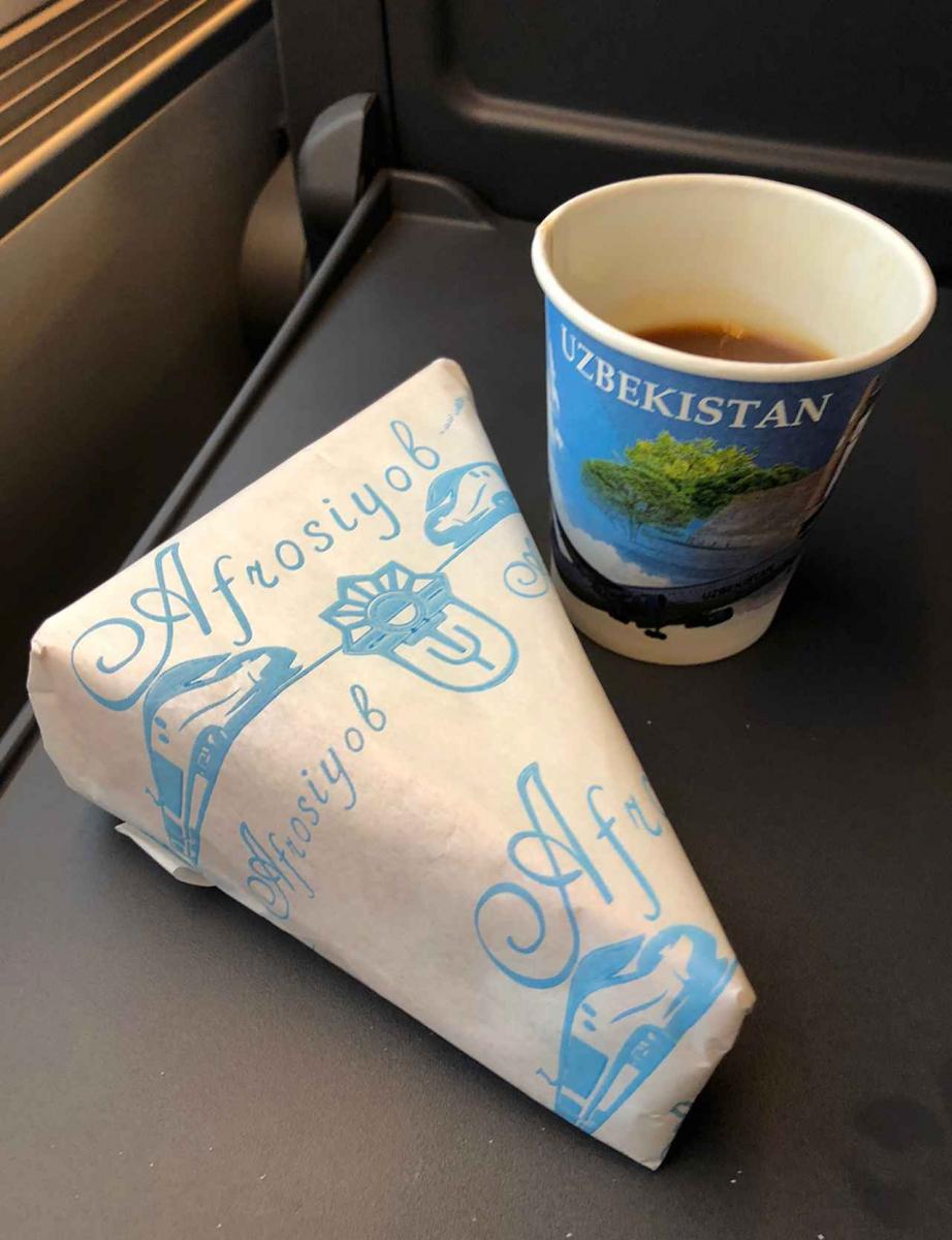 超特急アフラシャブ号内で無料提供されるサンドイッチとコーヒー。なんとも素朴なチキンハムサンドは懐かしい味。コーヒーはインスタント