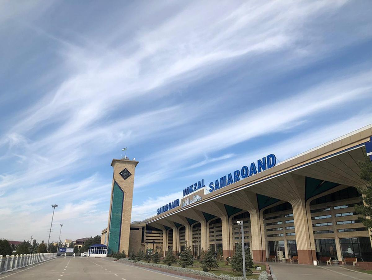 サマルカンドの駅に降りたつ。空はどこまでも広く、澄み渡ったブルー!