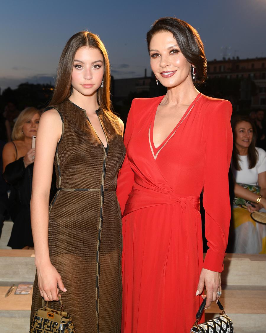 【ケーリー&キャサリン・ゼタ=ジョーンズ】幼い頃は母キャサリン(50)に似ていないと言われていた娘のケーリー(16)。しかし年齢を重ねるにつれ美しさが増し、母にも負けぬオーラの持ち主に! 父は名優マイケル・ダグラス(75)ということもあり、銀幕デビューが待ち望まれる。