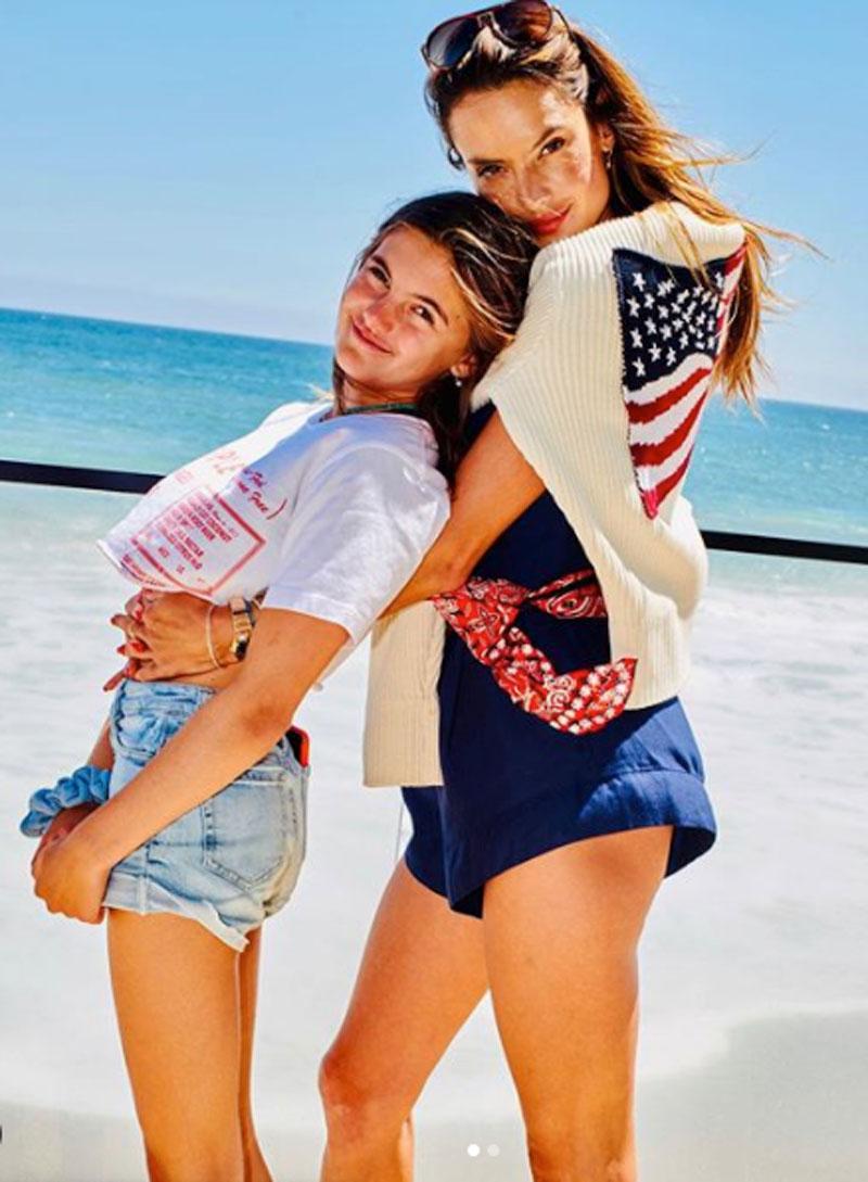 アーニャとアレッサンドラ。たびたびアップされるインスタグラムの写真は親子の仲の良さが伝わるものばかり。