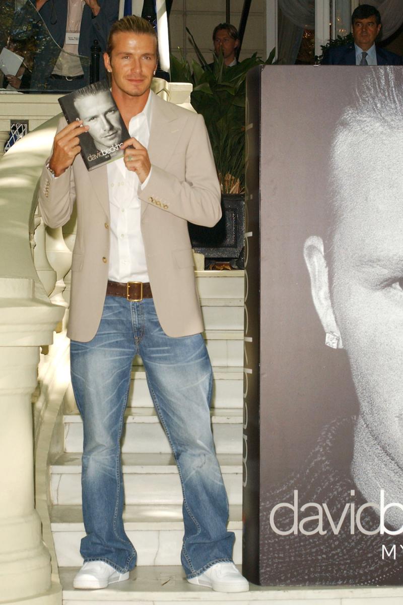 2003年9月、スペイン・マドリードのホテル・リッツで初の自叙伝『David Beckham My Side』の発表会を開催。ジャケパンスタイルは、ちょっとゆったりめが当時のデヴィッド流。パンツの丈も長めを好んでいた。