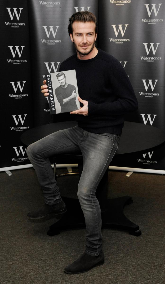 2013年12月、新書籍『David Beckham』発売イベントにて。2作目までのジャケット&デニムスタイルはやめて、シンプルなワントーンコーディネートを披露。シルエットもグッとスリムになり、ヘアもクリーンに整えるなど、見違えるようなスタイル改革を遂げる。