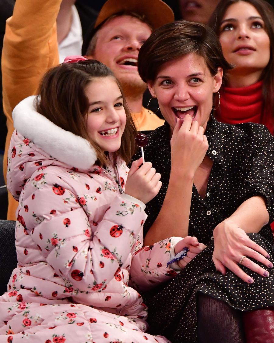 【ケイティ・ホームズ&スリ・クルーズ】ハリウッドを代表するサラブレット、スリ(13)。父親のトム・クルーズ(57)の甘いマスクに、母ケイティ(40)のキュートさが加わり、誰もが目を奪われる美少女へと成長。とくにその笑顔は、ミニ・ケイティと言ってもいいほど!