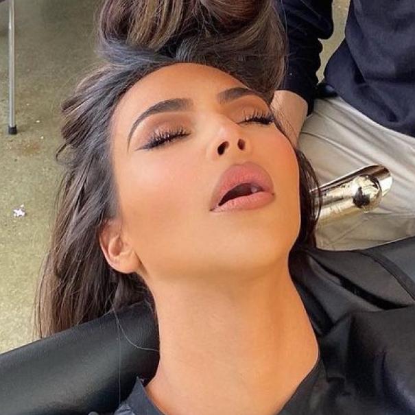 キム・カーダシアン、半開きの口で居眠り! 隠し撮り写真を公開されて「泣きたい!」 - セレブニュース   SPUR
