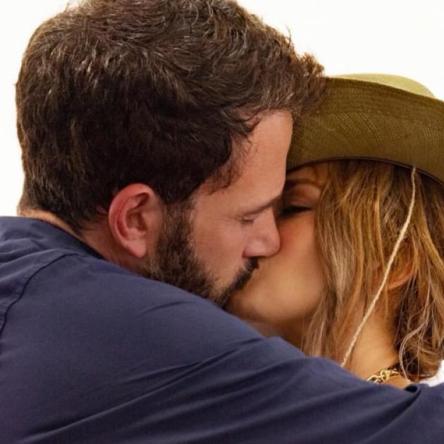 ジェニファー・ロペス、52歳の誕生日にベン・アフレックとの熱烈キス写真を投稿!  - セレブニュース | SPUR