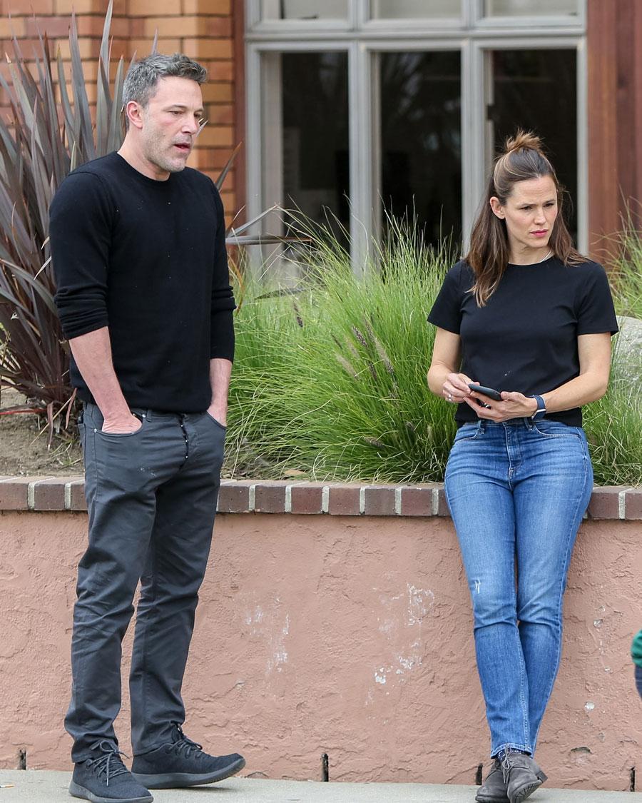おしどり夫婦として知られていたベン・アフレック(47)とジェニファー・ガーナー(48)の結婚生活に終止符が打たれたのは、2015年。当初、ベンのギャンブル癖とアルコール依存症が原因だと噂されたが、のちにベンの浮気が決定打となったことが判明。しかも、相手は子どもたちのベビーシッター。  しかし、浮気相手はまだ他にも! テレビプロデューサーとして活躍するリンゼイ・シューカスとも関係を持っており、リンゼイにも夫がいたため、W不倫という衝撃のスキャンダルに。ともに離婚し真剣交際へ発展するが、およそ1年で破局。ベンはのちに、ジェニファーとの離婚を「人生最大の後悔」と語っている。