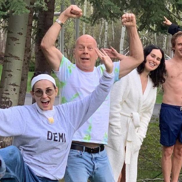 デミ・ムーアが元夫ブルース・ウィリスの誕生日を祝福! 一家が大集合した仲良し写真に、癒されるファン続出 - セレブニュース | SPUR