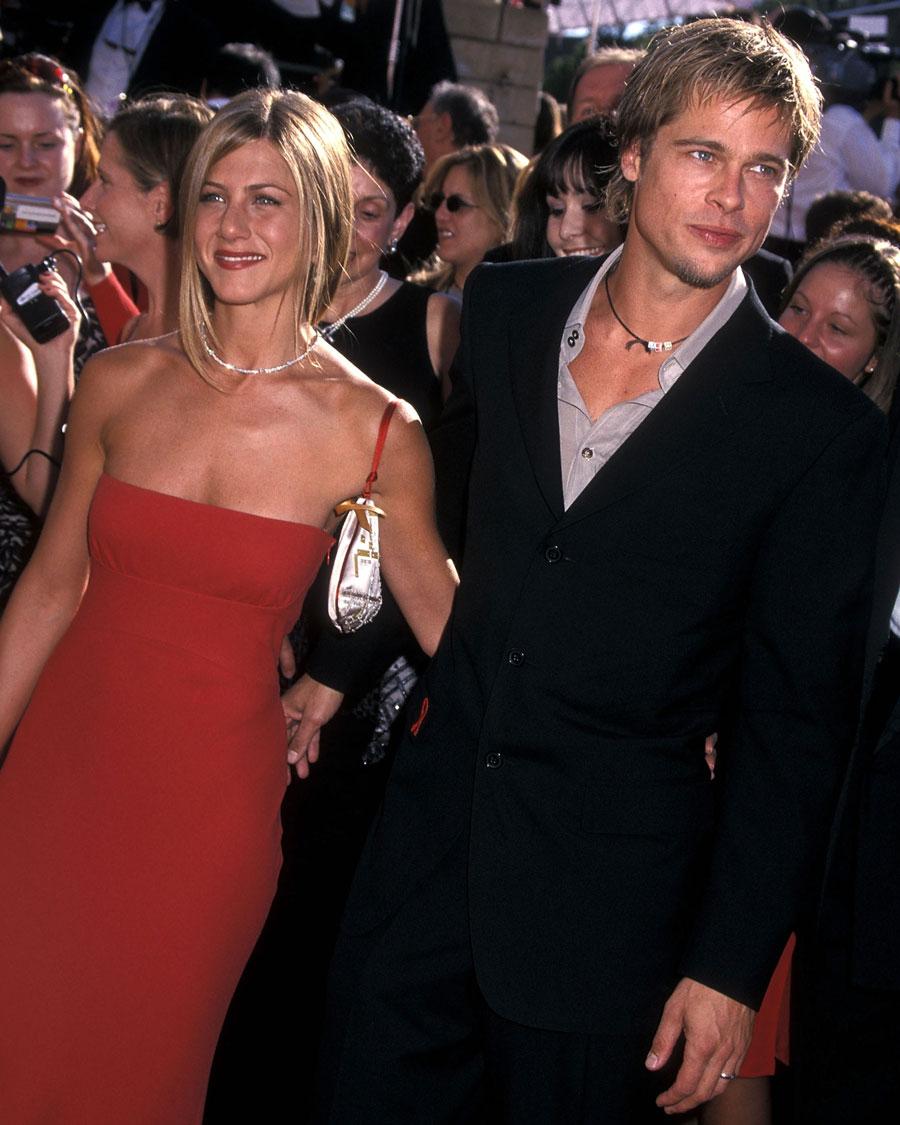 ハリウッドいちのおしどり夫婦と呼ばれていたブラッド・ピット(56)とジェニファー・アニストン(51)。仲睦まじい姿をたびたびレッドカーペットで披露してきたが……なんと、ブラッドが映画『Mr.&Mrs.スミス』(2005)で共演したアンジェリーナ・ジョリー(45)と恋に落ちてしまった!  同年、ブラッドとジェニファーは離婚へ。この浮気が決定打と言われているが、ふたりは離婚の理由を「性格の不一致」と発表している。