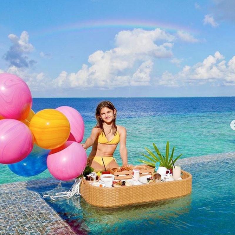 2020年8月24日(現地時間)、誕生日をお祝いしてもらったアーニャ。豪華な料理を前に、嬉しそうな笑顔がかわいらしい。