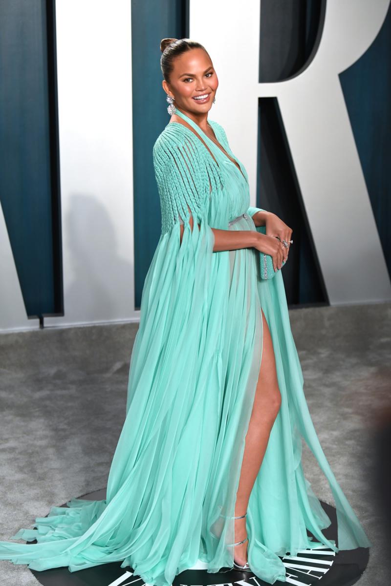 2020年2月9日(現地時間)、ビバリーヒルズで開催された『ヴァニティ・フェア』誌主催のアカデミー賞のアフターパーティに出席したクリッシー・テイゲン。